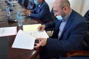 Le Pr AOUDIA Sofiane, nouveau doyen de la faculté des sciences exactes, entrain de signer son PV d'installation