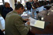 Le Pr BOUDA Ahmed, recteur de l'université de Bejaia, entrain de signer le PV d'installation du Pr AOUDIA Sofiane, nouveau doyen de la faculté des sciences exactes